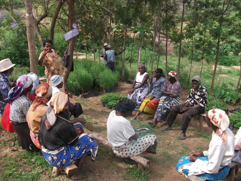 Farmers in Kenya meet to discuss agricultural risk management. (Source: START)